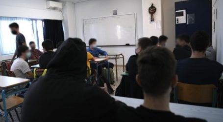 Μητέρα μαθητή καταγγέλλει ότι σχολείο απαγορεύει τα σορτς και τις κοντές φούστες σε μαθήτριες