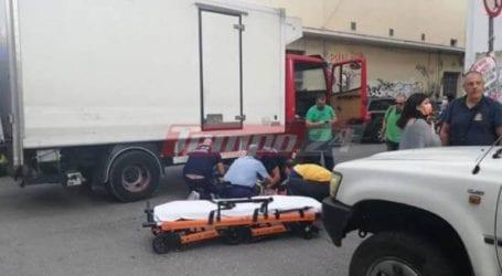 """Οδηγός μοτοσικλέτας """"σφηνώθηκε"""" κάτω από τις ρόδες φορτηγού"""