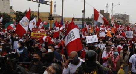 Υποστηρικτές των δύο αντιπάλων διαδηλώνουν μπροστά στο εκλογοδικείο