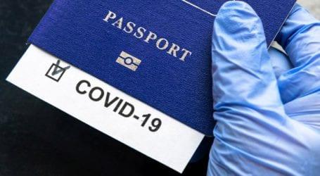 Το Λονδίνο εξετάζει το ενδεχόμενο να υιοθετήσει τα διαβατήρια εμβολιασμού