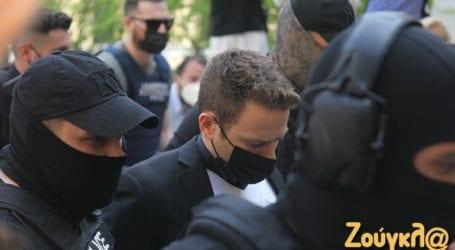 Στα δικαστήρια με αλεξίσφαιρο γιλέκο ο δολοφόνος της Καρολάιν