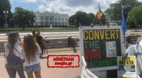 Η… «φωνή της συνείδησης» των ΗΠΑ βρίσκεται μόνιμα σε σκηνή, απέναντι από τον Λευκό Οίκο!
