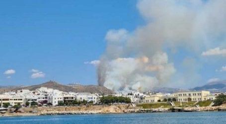 Μεγάλη φωτιά κοντά σε οικισμό – Αποπνικτική η ατμόσφαιρα σε πολλά σημεία του νησιού
