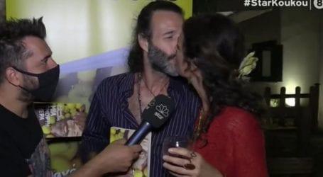 Θανάσης Ευθυμιάδης: To φιλί στη σύζυγό του, Άννα Δημητρίεβιτς στην παρουσίαση του βιβλίου του