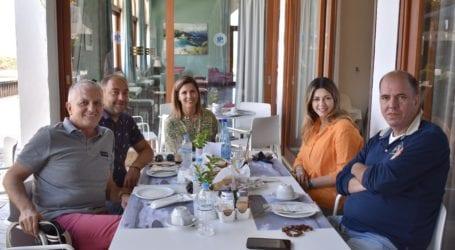 Με τους ξενοδόχους της Σκιάθου η Σοφία Ζαχαράκη