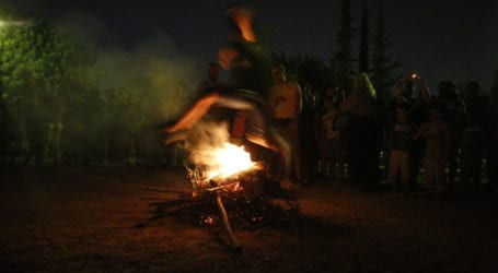 Βόλος: Απόψε καίγονται τα στεφάνια στις γειτονιές – Το έθιμο του Αη Γιάννη του Κλήδονα