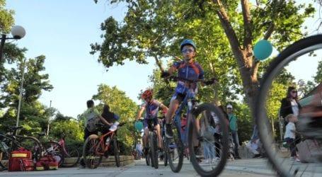 Πλήθος μικρών και μεγάλων ποδηλατών πλημμύρισαν το Κηποθέατρο του Αλκαζάρ – Η Λάρισα γιόρτασε την Παγκόσμια Ημέρα Ποδηλάτου (φωτό)