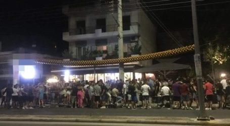 """Ασυγκράτητοι για διασκέδαση οι Λαρισαίοι – Αναμένοντας να ανοίξουν τα ξενυχτάδικα, το """"έκαψαν"""" σε cafe της οδού Βόλου (φωτο)"""