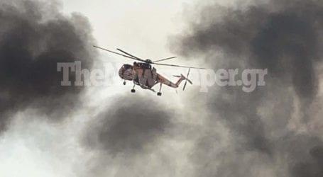 Δύσκολη μάχη με τις φλόγες – Δείτε νέες εικόνες και βίντεο από τη μεγάλη φωτιά στον Βόλο