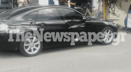 Αυτοκίνητο παραβίασε το «Στοπ» και παρέσυρε μοτοσικλέτα στο κέντρο του Βόλου [εικόνες]