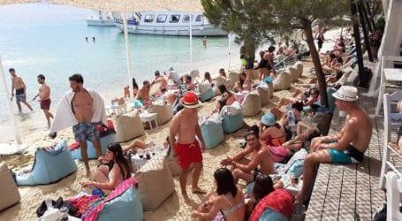 H Σκιάθος ξεφαντώνει στα beach bars – Δείτε εικόνες