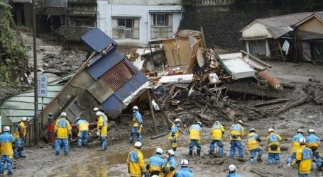 Διασώστες αναζητούν επιζώντες μέσα στις λάσπες μετά τις κατολισθήσεις