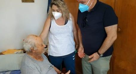 Πραγματοποιήθηκε στην Κρήτη ο πρώτος κατ' οίκον εμβολιασμός για τον Covid-19 στη χώρα