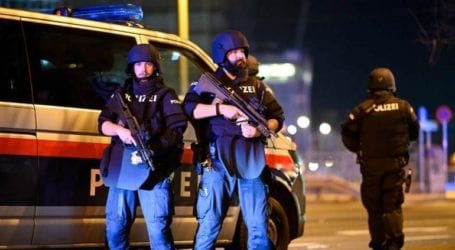 Έφοδος της αστυνομίας σε σπίτια ύποπτων συνεργών του δράστη της επίθεσης στη Βιέννη