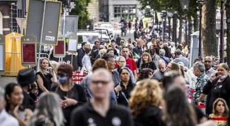 Οι πολίτες αποτίουν φόρο τιμής στον δημοσιογράφο που δολοφονήθηκε στο Άμστερνταμ