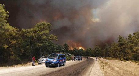 Ένας νεκρός από δασική πυρκαγιά που μαίνεται για δεύτερη ημέρα