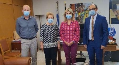 Η Ζέττα Μακρή με τον Διευθυντή του Καρδιολογικού Τμήματος 404 ΓΣΝ Λάρισας και τη Διευθύντρια του Γυμνασίου – Λ.Τ. Ευξεινούπολης