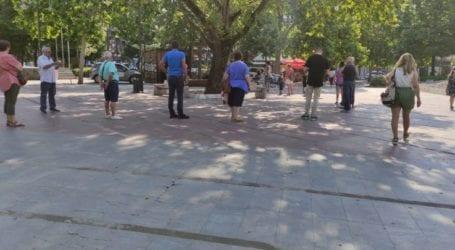 Σημαντική προσέλευση για rapid test από το πρωί στην Κεντρική Πλατεία της Λάρισας