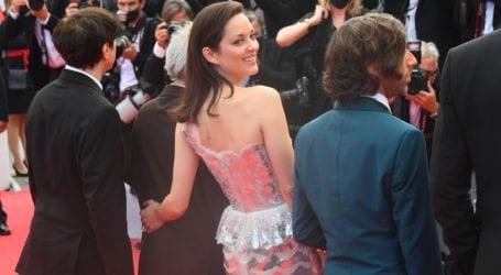 Marion Cotillard: Λαμπερή εμφάνιση με δημιουργία Chanel στο κόκκινο χαλί του Φεστιβάλ Καννών