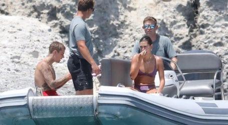 Hailey και Justin Bieber: Νέες φωτογραφίες από τις βουτιές τους στα νερά της Μήλου