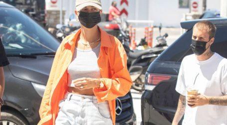 Το airport look της Hailey Bieber στη Μύκονο είναι το fashion inspo μας