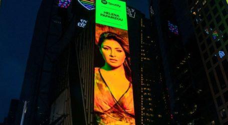 Η Έλενα Παπαρίζου μπήκε σε billboard στην Times Square