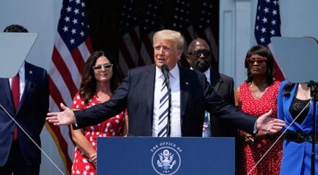 Ο Τραμπ μηνύει Facebook, Google και Twitter