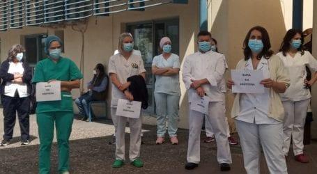 Διαμαρτυρία εργαζομένων στο Πανεπιστημιακό Νοσοκομείο Λάρισας για τον υποχρεωτικό εμβολιασμό