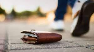 Λάρισα: Δύο νεαρές κοπέλες βρήκαν πορτοφόλι με 8.000 ευρώ και το παρέδωσαν στην Αστυνομία – Βρέθηκε ο κάτοχός του