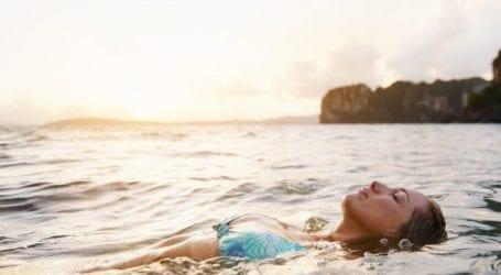 Θάλασσα: Πώς θα καταλάβεις ότι τα νερά που κολυμπάς είναι βρώμικα;