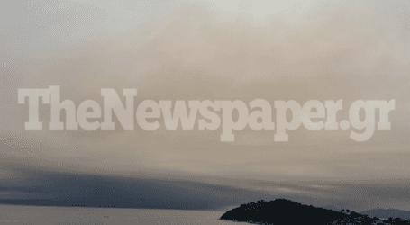 Σκιάθος: Μαύρισε ο ουρανός από τον καπνό της Εύβοιας [εικόνες]