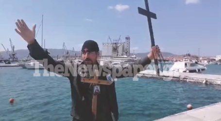 «Μετανοείτε» – Κυκλοφορούσε με σταυρούς στον Βόλο και φώναζε κατά των εμβολίων – Δείτε βίντεο