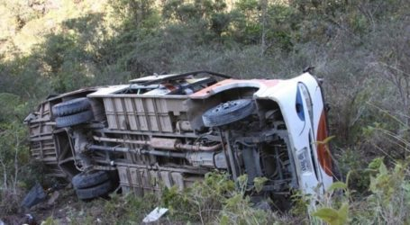 Τουλάχιστον 41 νεκροί και 33 τραυματίες σε σύγκρουση λεωφορείου με φορτηγό