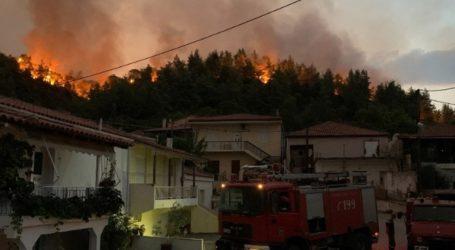 Από χωριό σε χωριό οι φλόγες στην Εύβοια