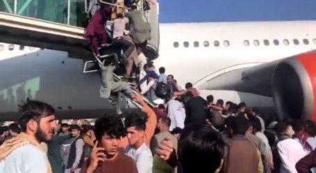 Άνθρωποι κρέμονται από τα αεροπλάνα για να εγκαταλείψουν τη χώρα
