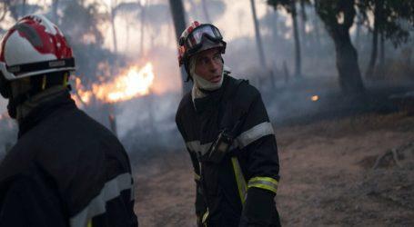 Γάλλοι πυροσβέστες δίνουν μάχη για την πυρκαγιά κοντά στο Σεν-Τροπέ