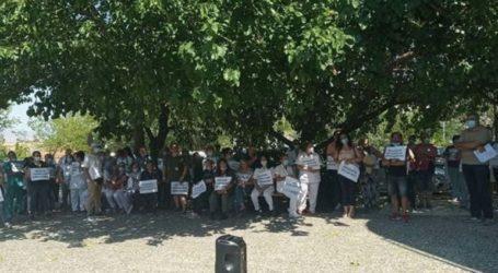 Διαμαρτυρία υγειονομικών του Πανεπιστημιακού Νοσοκομείου Λάρισας για τον υποχρεωτικό εμβολιασμό