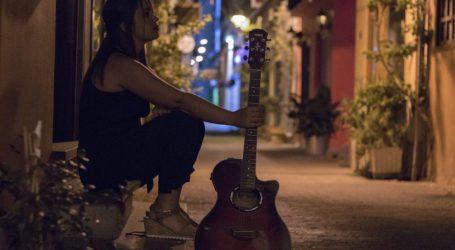 'Αρωμα από Βόλο το νέο βίντεο κλιπ της Θένιας Σισμανίδου [βίντεο]