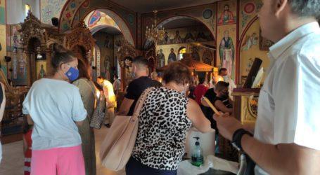 Πλήθος Λαρισαίων στον Ι.Ν. Ζωοδόχου Πηγής Λάρισας για τα εγκώμια της Παναγίας (φώτο)