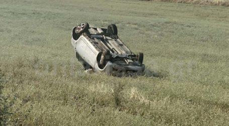 Δείτε φωτογραφίες: Άγιο είχε οδηγός σε τροχαίο έξω από τη Λάρισα – Το αυτοκίνητο έφυγε από το δρόμο από ύψος και τούμπαρε