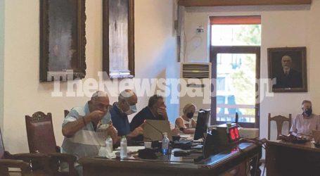 Βόλος: Χαμός στη συνεδρίαση του Δημοτικού Συμβουλίου – Μοίρασε κόλλυβα ο Μπέος στην αντιπολίτευση