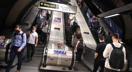 Κοροναϊός – Οι Λονδρέζοι αποφεύγουν να κρατηθούν από την κουπαστή και πέφτουν στις σκάλες του μετρό