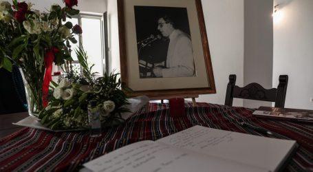 Μίκης Θεοδωράκης – Σημειώματα και λουλούδια στο σπίτι του στον Γαλατά Χανίων