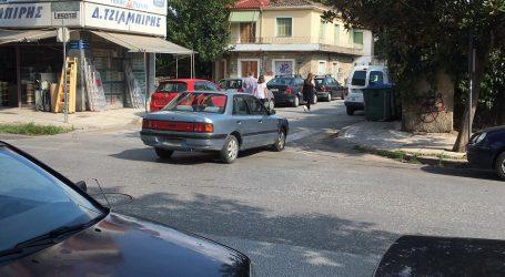 Και μη χειρότερα!… Άφησε το αυτοκίνητο στη… μέση της Στρ. Σαράφη (φώτο)
