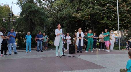 Ανεμβολίαστες νοσηλεύτριες διαμαρτυρήθηκαν στην Κεντρική πλατεία της Λάρισας κατά της υποχρεωτικότητας του εμβολιασμού (φώτο – βίντεο)