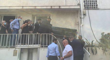 Μίκης Θεοδωράκης – «Αθάνατος» φώναζε ο κόσμος έξω από το σπίτι του – Με κλαδιά βασιλικού τον έρανε η Μ. Φαραντούρη