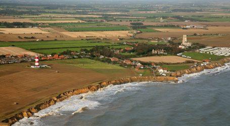 Αγγλία – Η θάλασσα «καταπίνει» ένα ολόκληρο χωριό – Απεγνωσμένοι οι κάτοικοι