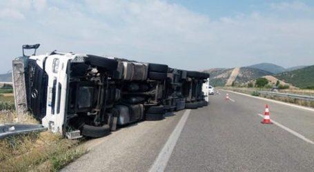 Νταλίκα ανετράπη στον δρόμο Λάρισας- Φαρσάλων – Καλύφθηκε με λάδια το οδόστρωμα