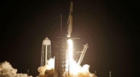 Space X – Εκτοξεύτηκε το σκάφος με τους… τουρίστες του Διαστήματος