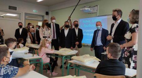 Ξενάγηση του πρωθυπουργού Κ. Μητσοτάκη στο εσωτερικό του Δημοτικού Σχολείου στο Δαμάσι (φωτο)